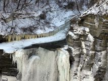 Taughannock baja las paredes desiguales del acantilado de la roca en invierno Imagen de archivo libre de regalías