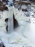Taughannock cai cena da cachoeira do inverno foto de stock royalty free