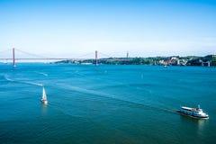Taugus-Fluss und 25. April-Brücke in Lissabon Stockbilder