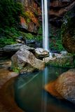 Taumelschwingungswasserfall über Klippen in einer Schlucht lizenzfreies stockfoto