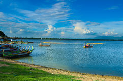 Taungthaman sjö i Amarapura och turist- kanot Royaltyfri Foto