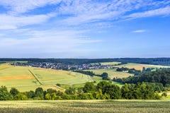 Taununs的小村庄与领域 免版税库存照片