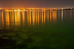 Tauranga-Hafenbrücke und -einfassungen belichtet nächtlichen Himmel und lizenzfreies stockfoto