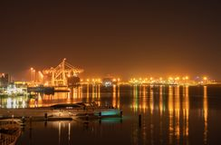 Tauranga-Hafenbrücke und -einfassungen belichtet nächtlichen Himmel und stockbild