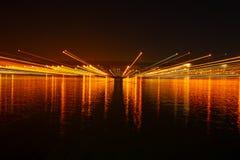 Tauranga-Hafenbrücke und -einfassungen belichtet nächtlichen Himmel und stockfotos