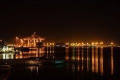 Tauranga-Hafenbrücke und -einfassungen belichtet nächtlichen Himmel und lizenzfreie stockbilder