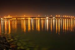 Tauranga-Hafenbrücke und -einfassungen belichtet nächtlichen Himmel und lizenzfreie stockfotografie