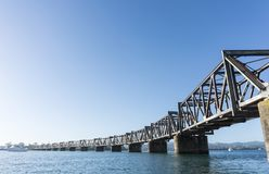 Tauranga hamn med ståljärnvägsbrokorsningen Royaltyfria Foton