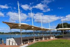 Tauranga, Neuseeland Segel ähnliche Sonnenmarkise auf der Ufergegend Lizenzfreie Stockfotografie
