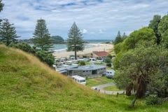 Tauranga Nueva Zelanda - 15 de enero de 2018: Camping en el bea fotos de archivo libres de regalías