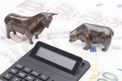Taureau et ours avec la calculatrice photographie stock libre de droits