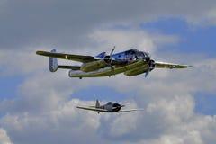 Taureaux B-25 Mitchell de vol et Japonais zéro Photographie stock