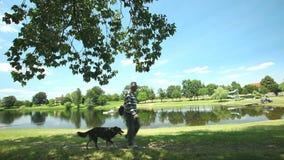 TAURIAC, FRANCIA - 26 GIUGNO: La gente che cammina il loro cane il 26 giugno 2013 sul lago Tauriac, Francia Il parco di leaisure  video d archivio