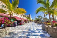 散步对海滩在大加那利岛海岛上的Taurito 库存照片