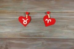 Taurus και Aries σημάδια zodiac και της καρδιάς αισθητός Ξύλινο BA Στοκ φωτογραφία με δικαίωμα ελεύθερης χρήσης