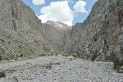 Taurus Mountains kalkon Branta klippor och klyfta capped maximumsnow royaltyfri bild