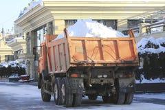 Tauschen Sie das Tragen des Schnees auf der Straße im Winter Lizenzfreie Stockfotografie