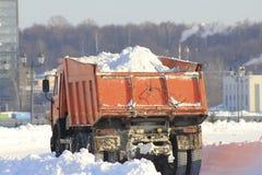 Tauschen Sie das Tragen des Schnees auf der Straße im Winter, Säubern von Straßen Stockbild