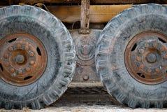 Tauschen Sie Radreifentraktor, landwirtschaftliche Maschinerie, alte Reifen Stockfotografie