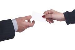 Tauschen Sie Visitenkarten zwischen einem Mann und einer Frau auf weißem Hintergrund aus Stockfotos