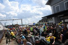 Tausende von Leuten die SBB-Züge in Döttingen nach dem Anti-Atom Protest in Beznau anmeldend stockfoto