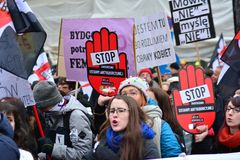 Tausende von Leuten Proteste in Warschau lizenzfreie stockfotografie