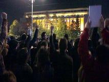 Tausende von Leuten protestierend in Bukarest stock footage