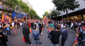 Tausende von Leuten verbindet Stangenspieler auf den Straßen der katalanischen Hauptstadt Lizenzfreies Stockfoto