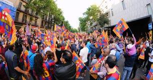 Tausende von Leuten verbindet Stangenspieler auf den Straßen der katalanischen Hauptstadt Stockfotografie