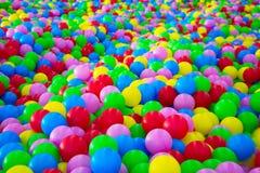 Tausenden der bunten Plastikbälle Stockfotos
