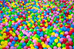 Tausenden der bunten Plastikbälle Stockbilder