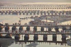 Tausenden der hindischen eifrigen Anhänger, welche die Pontonbrücken über dem Ganges an Maha Kumbh Mela-Festival kreuzen stockfotos