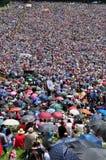 Tausenden der katholischen Pilger, die im Freien während des Th beten Lizenzfreies Stockfoto