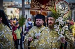 Tausenden der orthodoxen Priester auf der Straße feiern orthodoxes Palmsonntag in Rumänien stockfotos