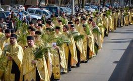 Tausenden der orthodoxen Priester auf der Straße feiern orthodoxes Palmsonntag in Rumänien lizenzfreie stockbilder