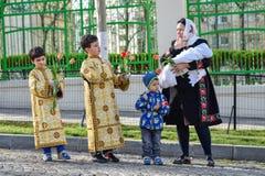 Tausenden der orthodoxen Priester auf der Straße feiern orthodoxes Palmsonntag in Rumänien stockbilder