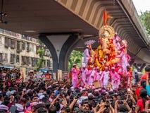 Tausenden eifrige Anhänger boten adieu zu Lord Ganesha lizenzfreie stockfotos