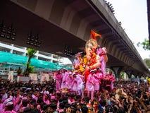 Tausenden eifrige Anhänger boten adieu zu Lord Ganesha lizenzfreie stockfotografie