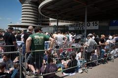 Tausenden Fans, die an Springesteen-Konzert in Mailand warten lizenzfreie stockfotos