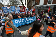 Tausenden März zur Unterstützung NHSs Stockfotos