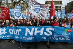 Tausenden März zur Unterstützung NHSs Stockfotografie