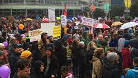 Tausenden marschieren gegen Handelsabkommen TPP in Auckland Neuseeland stock video