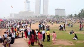 Tausenden sri lankan Leute hängen heraus am Strand stock footage