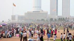 Tausenden sri lankan Leute hängen heraus am Strand stock video