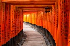 Tausenden torii Tore an Schrein Fushimi Inari in Kyoto lizenzfreies stockfoto