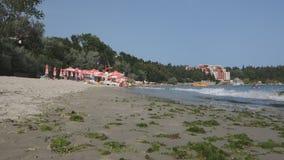 Tausenden Touristen besichtigen Bulgarien-Hotels im Sommer, um sich auf der Schwarzmeerküste zu entspannen stock video