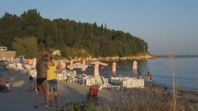 Tausenden Touristen besichtigen Bulgarien-Hotels im Sommer, um sich auf der Schwarzmeerküste zu entspannen stock footage