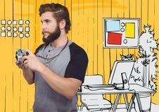 Tausendjähriger Mann mit Kamera gegen gelbe Hand gezeichnetes Büro Lizenzfreie Stockbilder