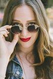 Tausendjähriges weibliches Porträt mit Sonnenbrille lizenzfreies stockfoto