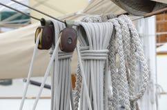 Tauwerk, Seile und Seilrollen Stockfoto